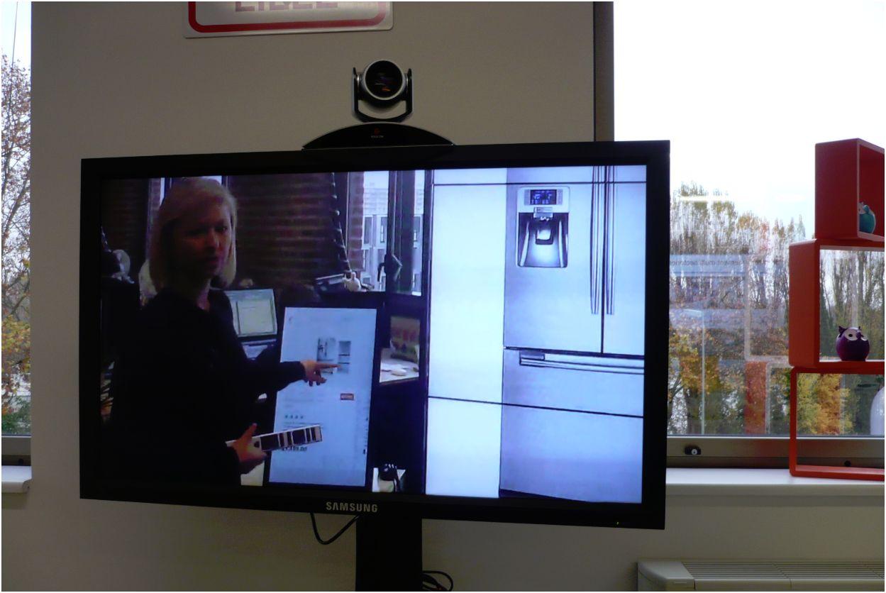 Test d'une interaction entre client et vendeur dans une boutique sur écrans tactiles