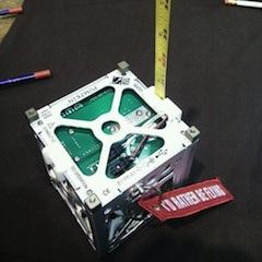 Un CubeSat en cours de construction