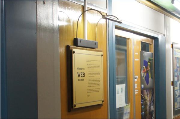 Une plaque commémorative est installée au CERN pour rappeler la naissance du web