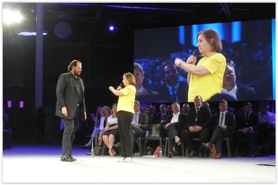 Marc Benioff avec Rachel Picard, DG Voyages SNCF, sur la scène du World Tour Paris 2015. (crédit : M.G.)